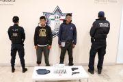 EN CHOLULA, POLICÍA ESTATAL DETIENE A DOS PERSONAS EN POSESIÓN DE PRESUNTA DROGA